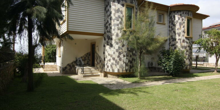 165000 Euro Beachfront Villa For Sale in Alanya 1